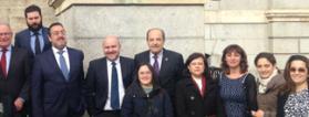 Foto de familia de los representantes del Tercer Sector el dia de la votación de la ILP