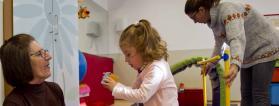 Servicio de atención temprana con la familia participando