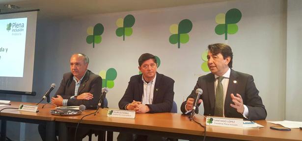 el nuevo presidente Felipe Gutiérrez entre el presidente de Plena inclusión España, Santiago López, y el de la Gestora Franciso Alonso