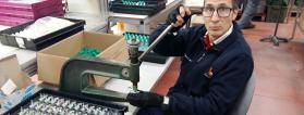 Una persona trabaja con una máquina