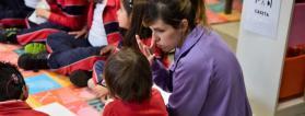 Profesora con alumna con discapacidad
