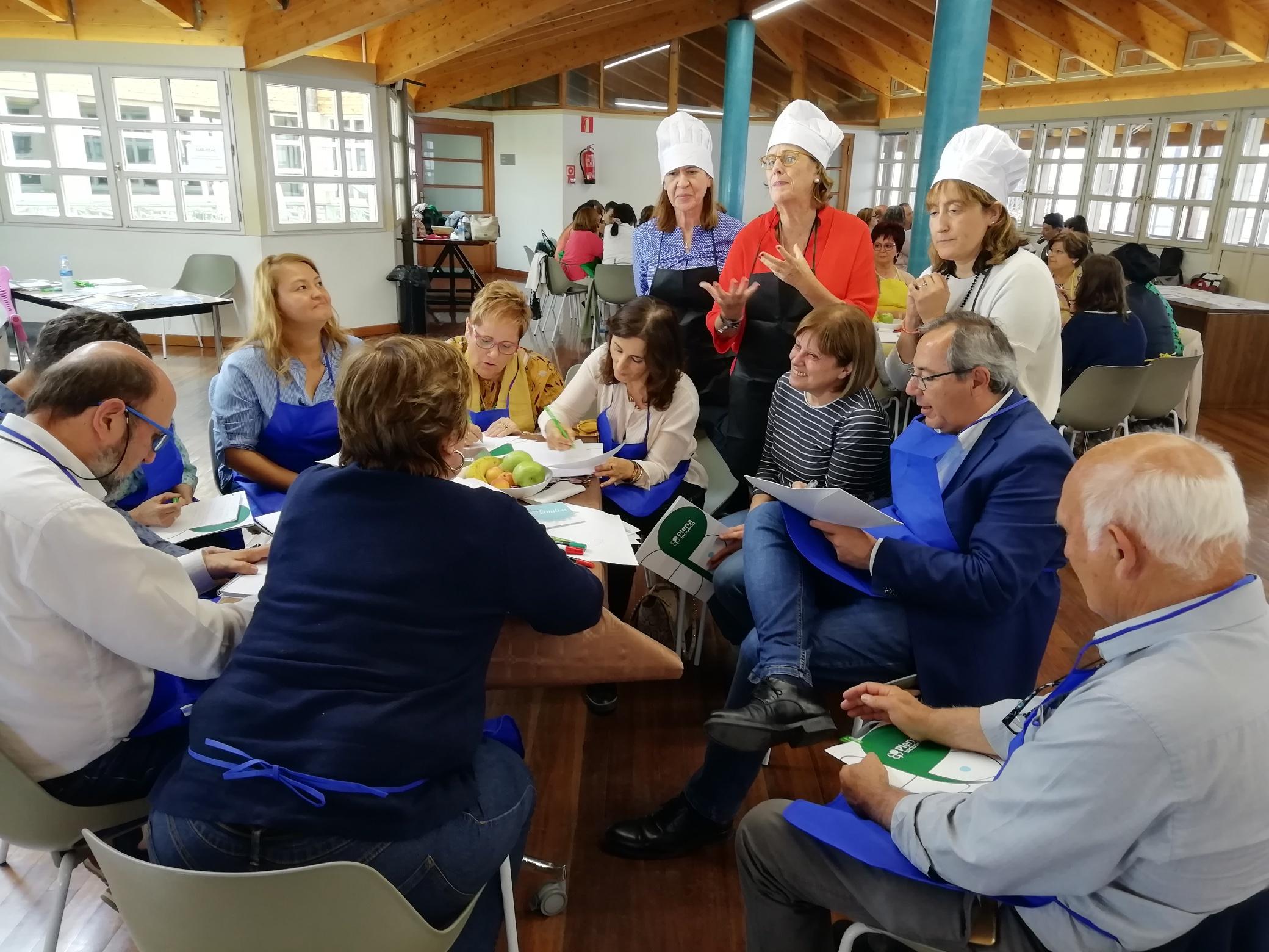 Trabajo de grupo en la dinámica 'máster chef' en Escuchando Voces Familiares