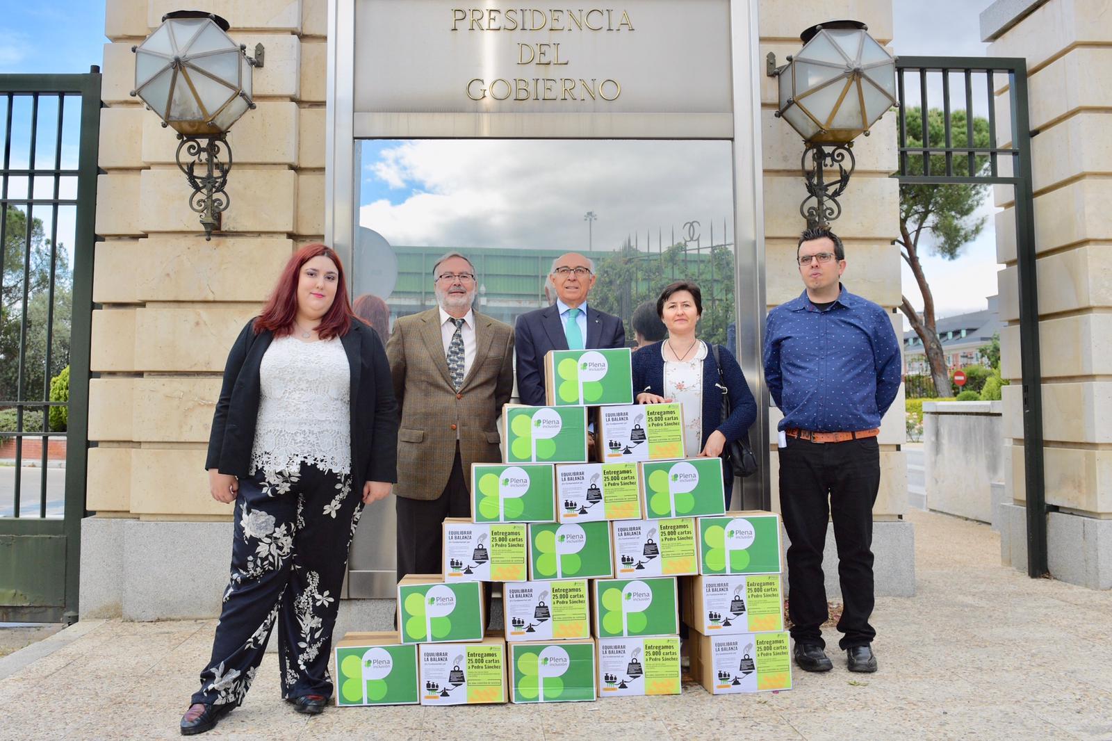 Representantes de Plena inclusión entregando las cartas en la Presidencia del Gobierno