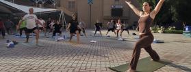 clase de yoga en una plaza