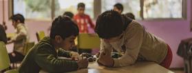 Dos estudiantes en un colegio