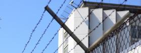 Foto del exterior de una prisión
