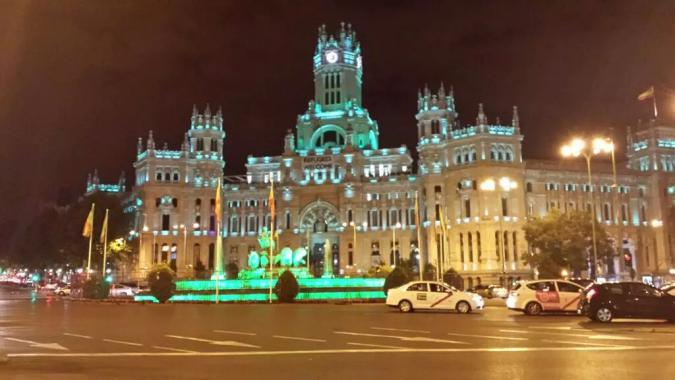 imagen de la plaza de Cibeles iluminada de verde