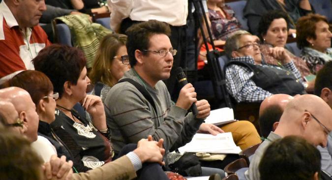 Una persona con discapacidad participando en un encuentro