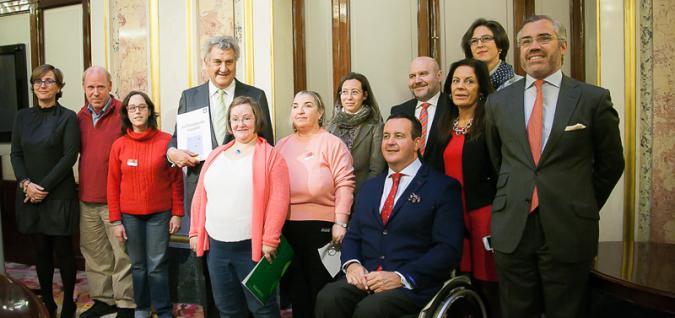 Miembros del Gobierno, el CERMI y Plena inclusión en el acto del presentación