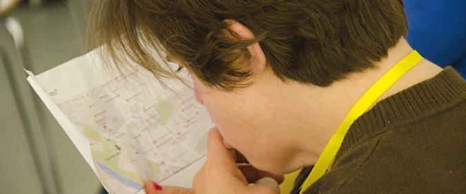 Mujer con discapacidad mirando un mapa