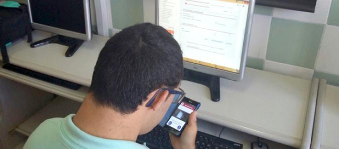 Sergio usando la app de mefacilita