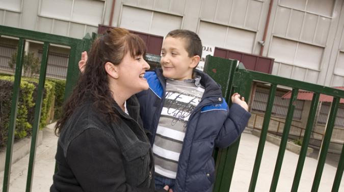 Mujer con su hijo en el colegio
