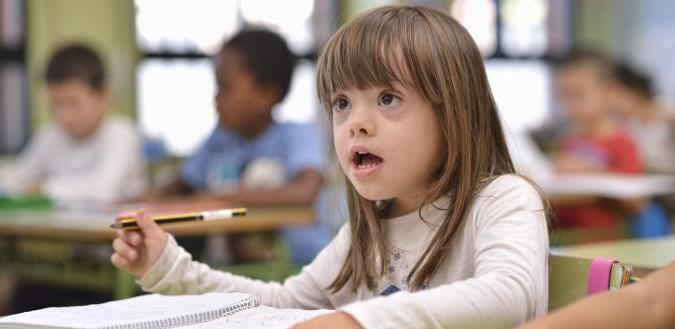 niña con discapacidad en un aula