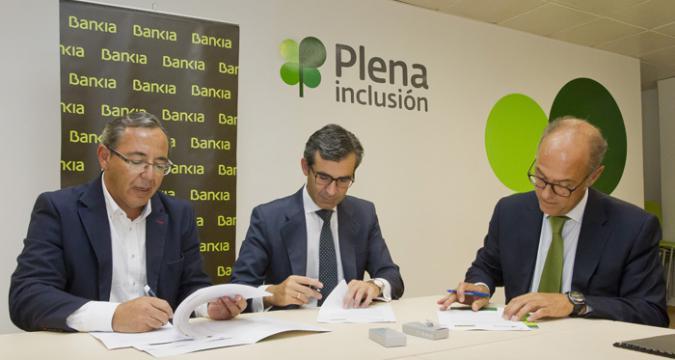 Enrique Galván, Eugenio Solla y David Menéndez firmando el convenio