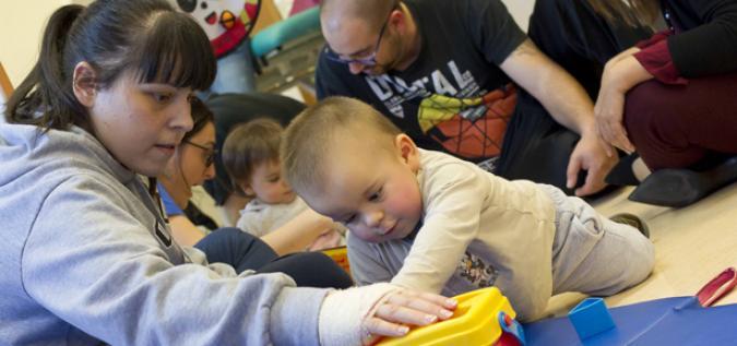 Unos padres con su hijo con discapacidad intelectual en una actividad