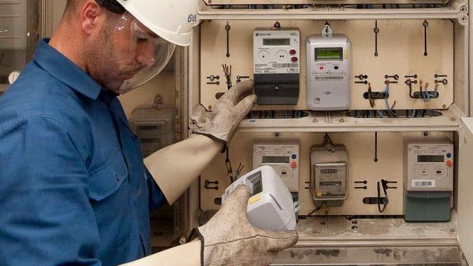Un técnico revisando el contador de la luz