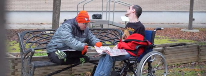 Dos amigos con discapacidad y grandes necesidades de apoyo