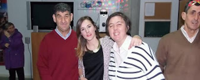 Luz María con dos personas con discapacidad de su asociación