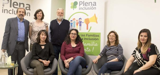 Participantes en el debate sobre diversidad familiar