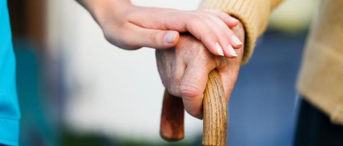 Dos manos de persona joven y mayor