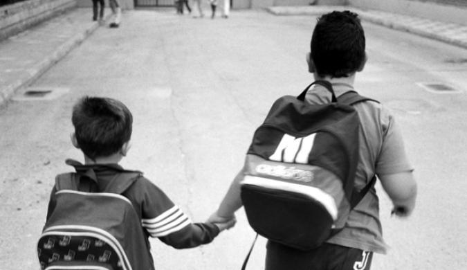Niños entrando al colegio
