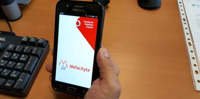 Una persona usando la aplicación Mefacilyta