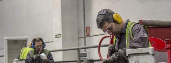 Personas con discapacidad trabajando en una fábrica