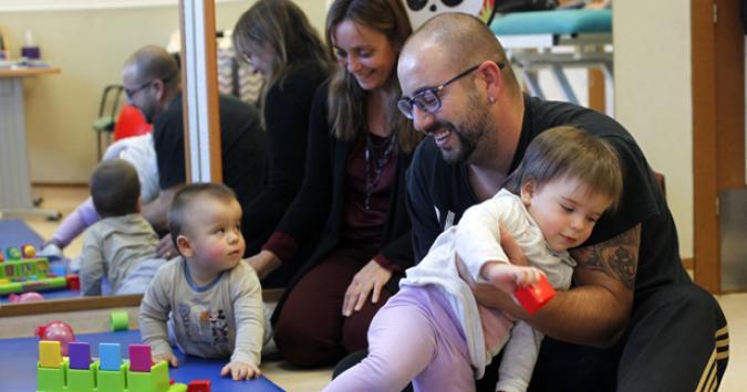 Familia en un servicio de atención temprana de Plena inclusión