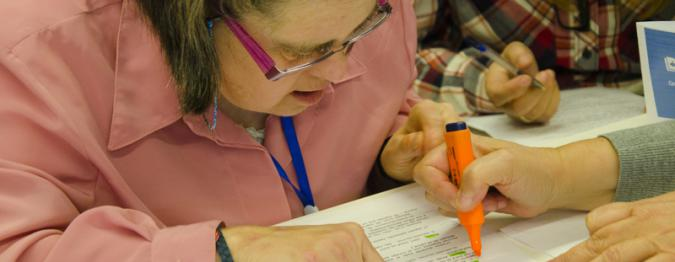 una persona con discapacidad intelectual escribiendo