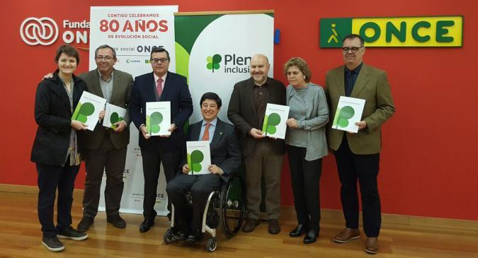 Foto de familia de autoridades en la presentación