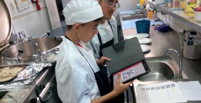 Estudiante de cocicna utilizando Mefacilyta