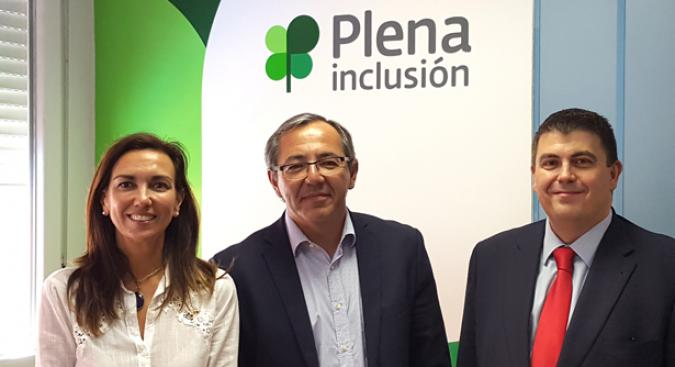 Enrique Galván, entre Raquel González y José Antonio Gutiérrez, durante la firma del convenio