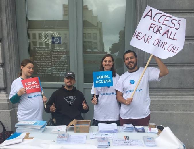 personas con carteles y recogida de firmas para mejorar la accesibilidad