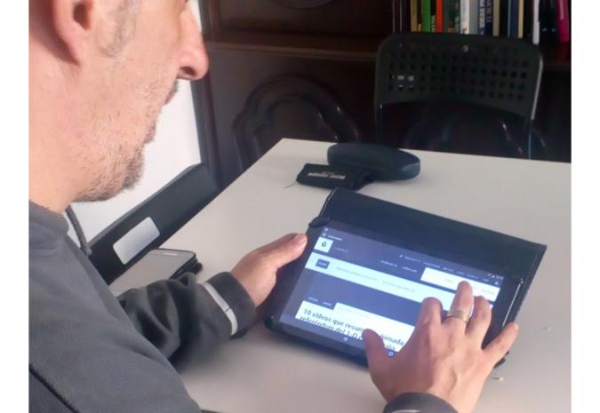 Foto persona utilizando tablet