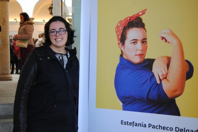 Mujer con discapacidad frente a una de las imágenes de la muestra