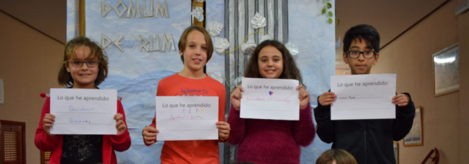 Niños sosteniendo un cartel de la campaña