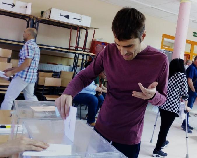 Una persona vota