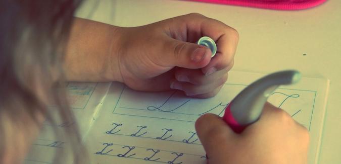 Niña haciendo deberes