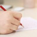 manos con lápiz y folio