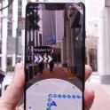 móvil en el que se muestran flechas para girar en una calle