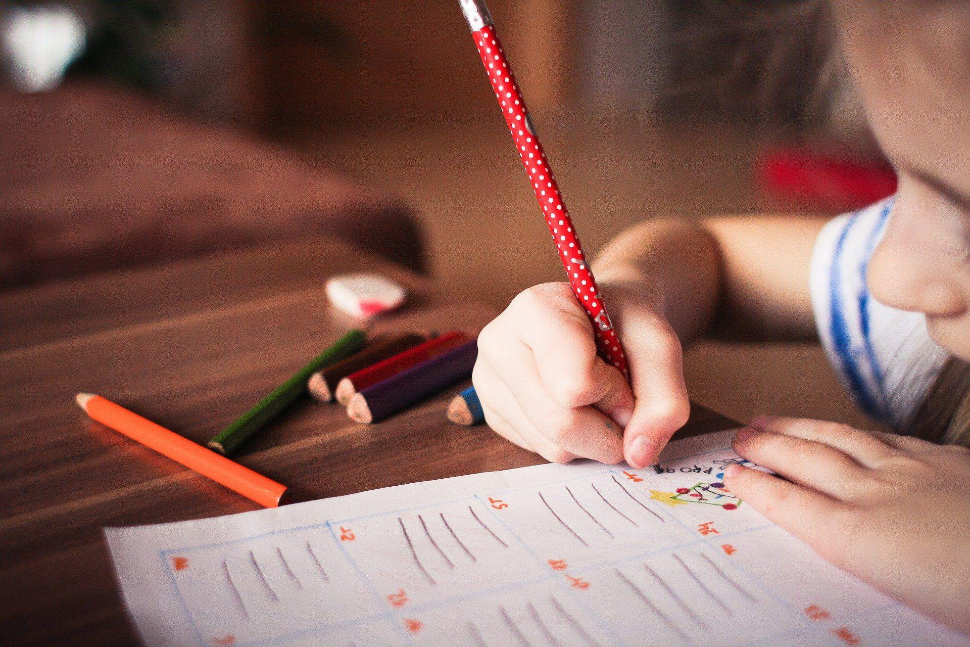 foto ilustración lápiz niña colegio