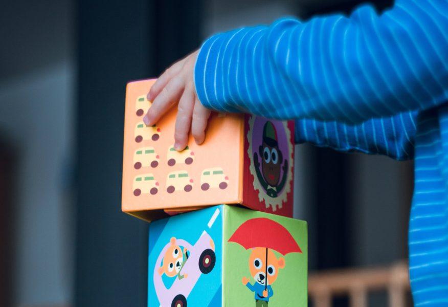 foto niña niño juego cubos educacación infancia infantil