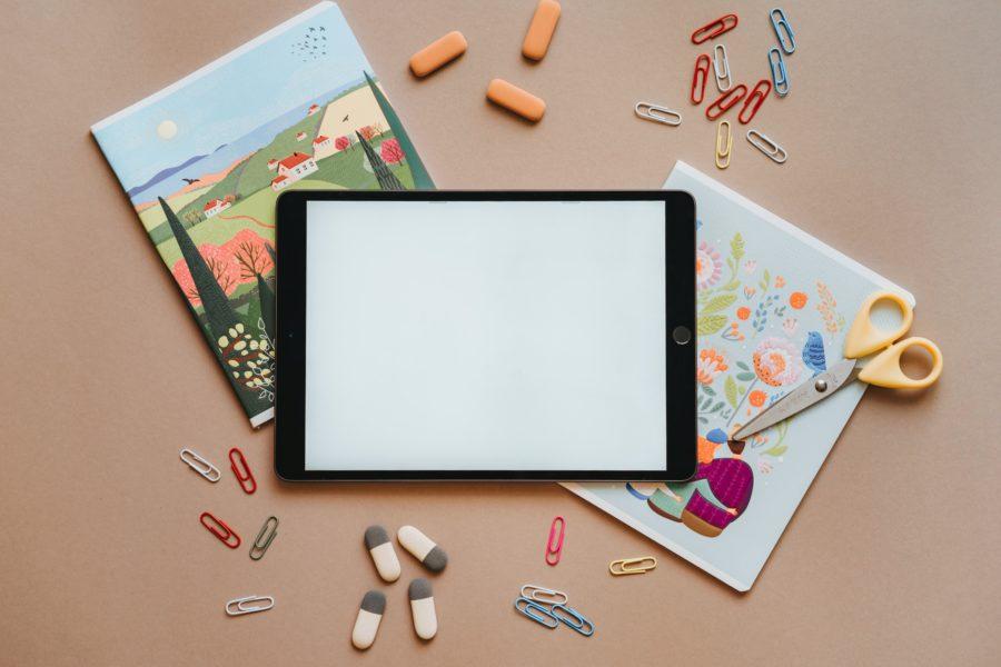 ilustración tablet material escolar educación tijeras