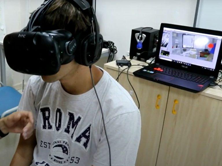 joven autismo gafas realidad virtual pantalla dentista detrás