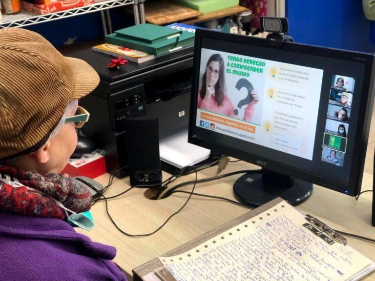 Carmen Bermejo con un ordenador. Plena inclusión Asturias