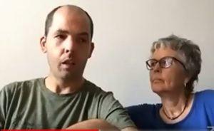 Raúl Aguirre junto a Concha, su madre, en su intervención.